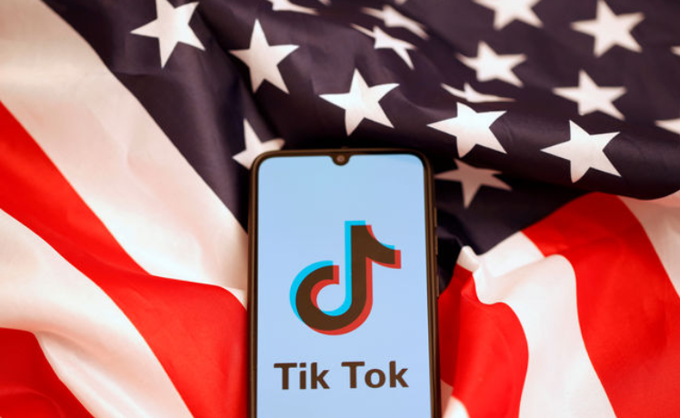 Photo of US Navy Blocks TikTok on Government-Issued Devices